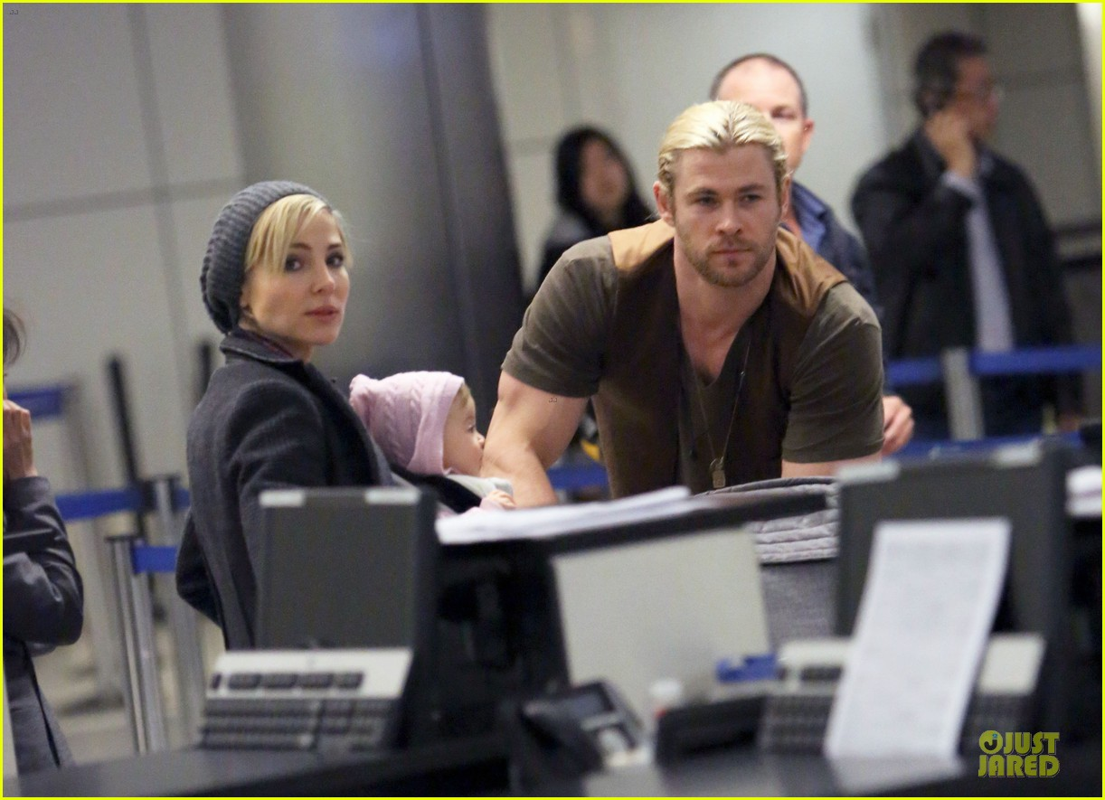 chris hemsworth & elsa pataky los angeles landing with india 042780378