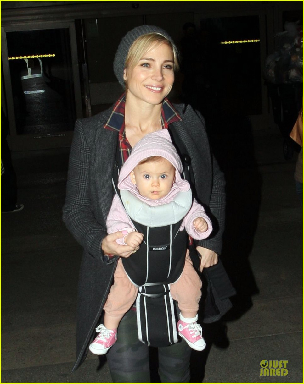 chris hemsworth & elsa pataky los angeles landing with india 12