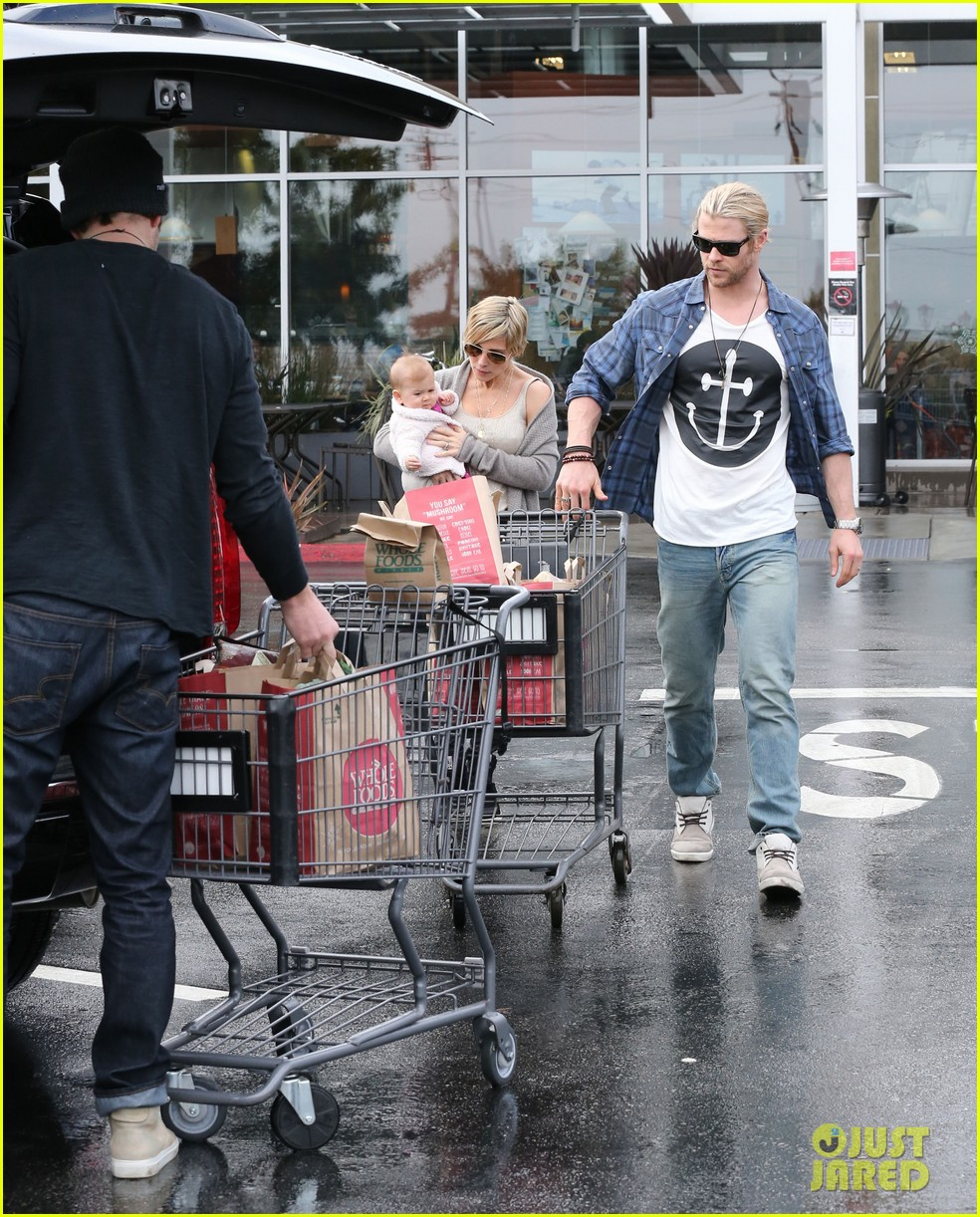 chris liam hemsworth christmas eve dinner shopping 05