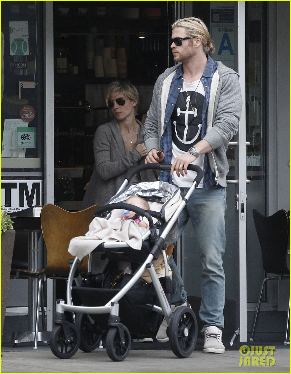 chris liam hemsworth christmas eve dinner shopping 072780622