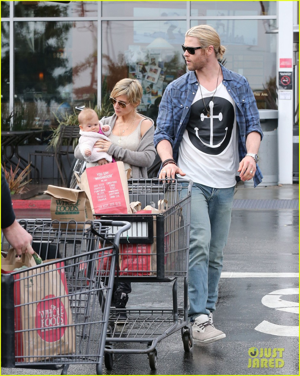 chris liam hemsworth christmas eve dinner shopping 182780633