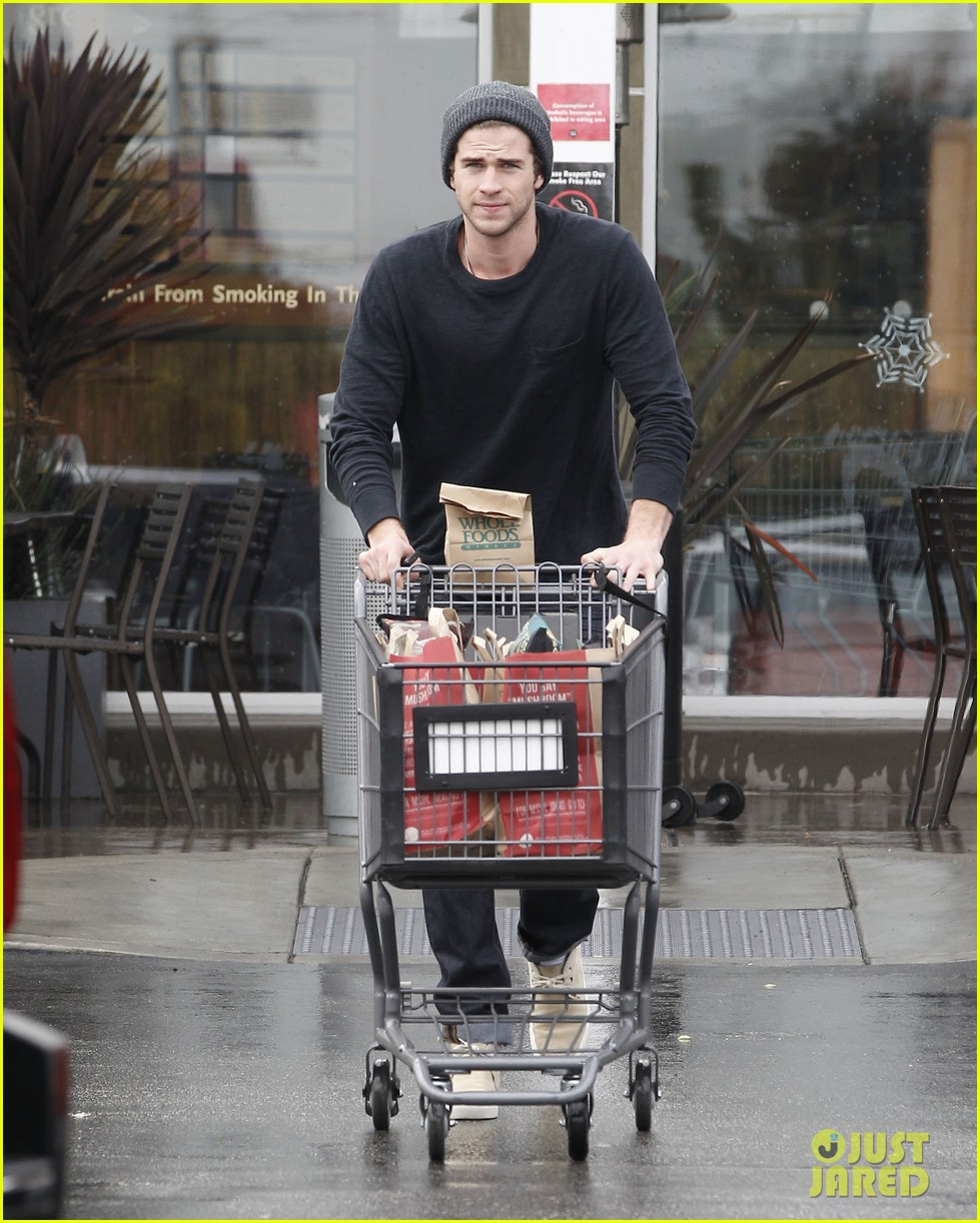 chris liam hemsworth christmas eve dinner shopping 232780638