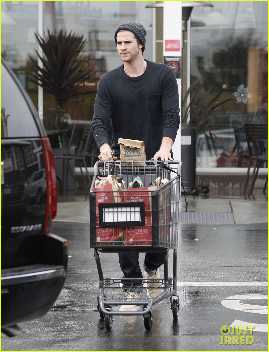 chris liam hemsworth christmas eve dinner shopping 242780639