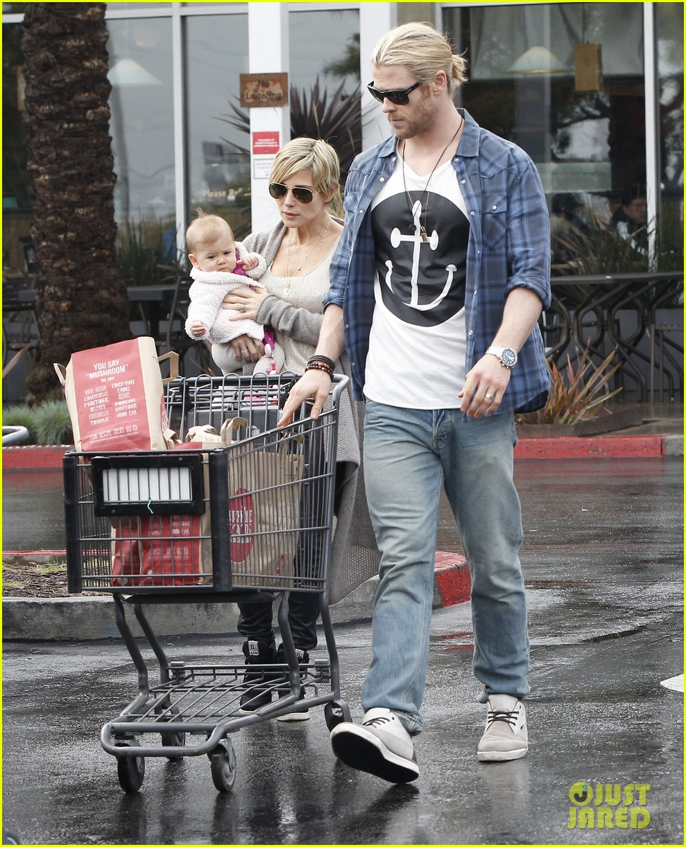 chris liam hemsworth christmas eve dinner shopping 302780645