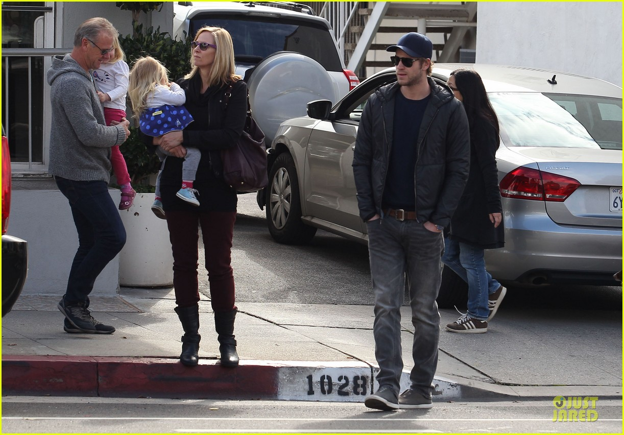 chris hemsworth & elsa pataky sunday lunch with liam hemsworth 17