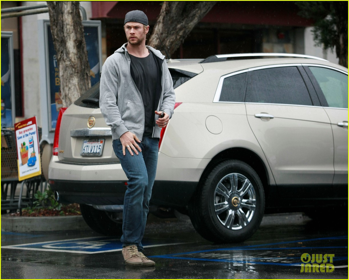 chris hemsworth car trouble on new years eve 042782995