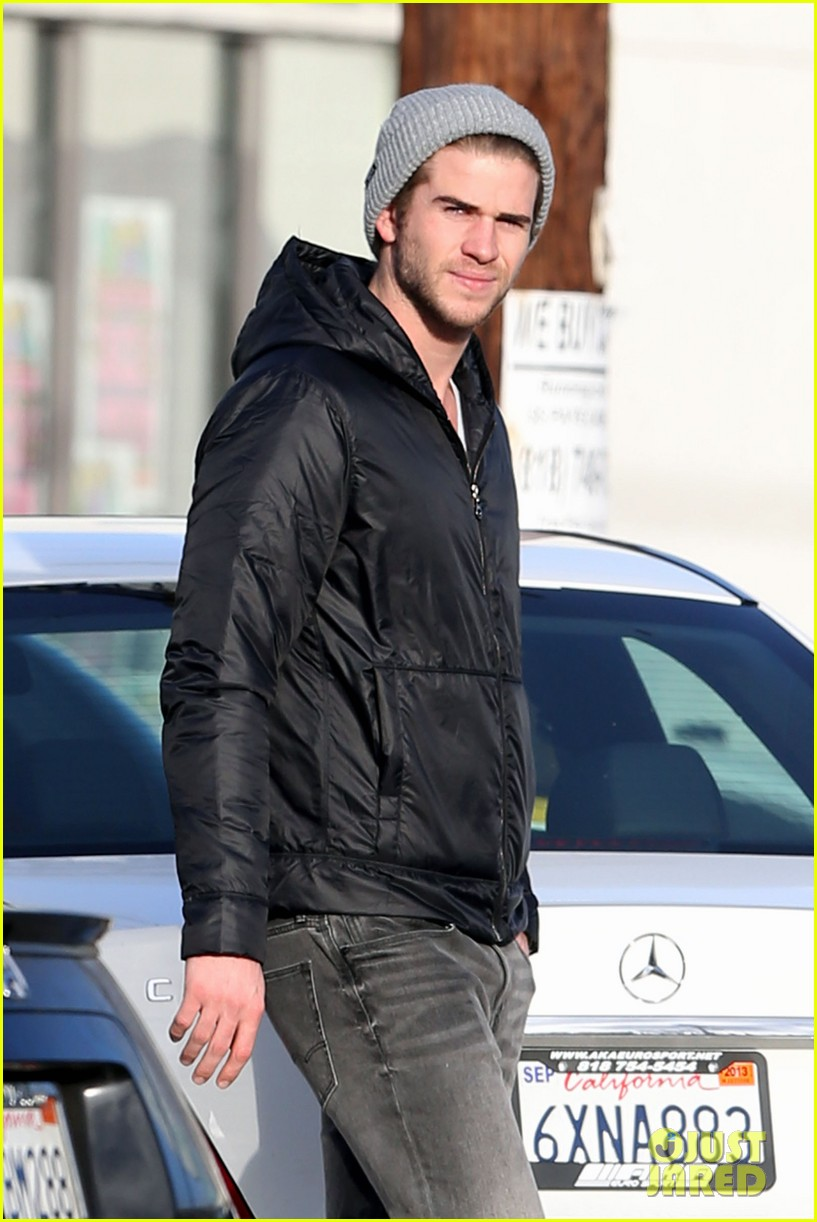 liam hemsworth urban outfitters shopping with mom dad 012782203