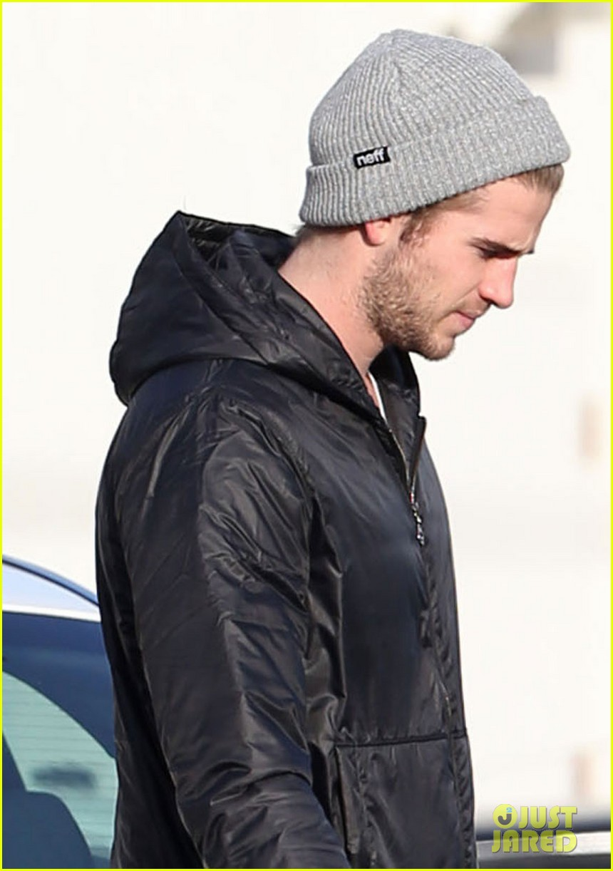liam hemsworth urban outfitters shopping with mom dad 022782204