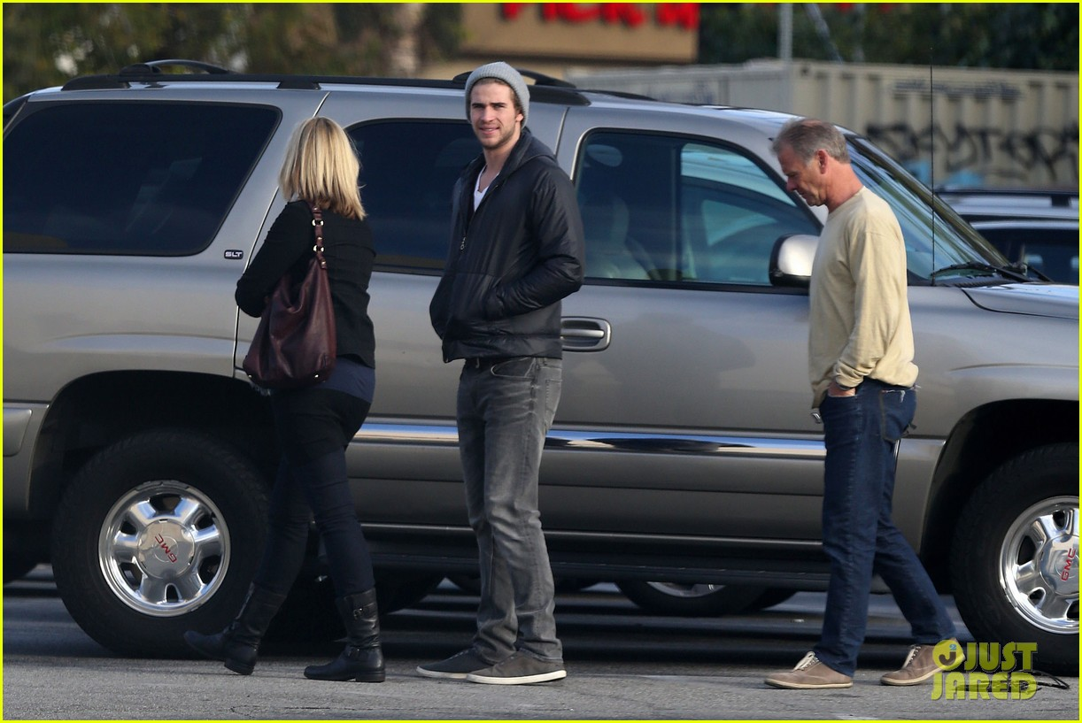 liam hemsworth urban outfitters shopping with mom dad 03