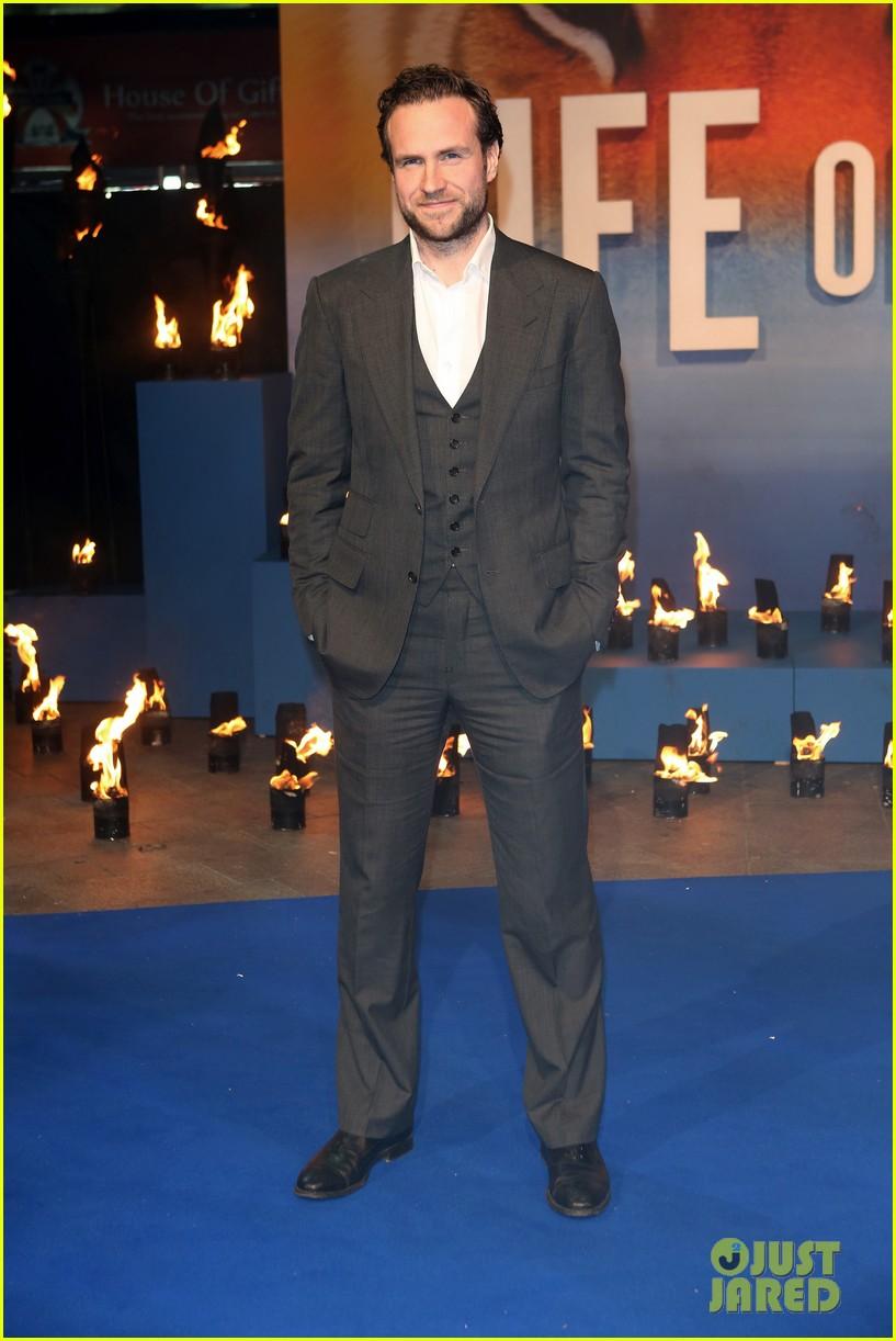 tom hiddleston suraj sharma life of pi uk premiere 072768619