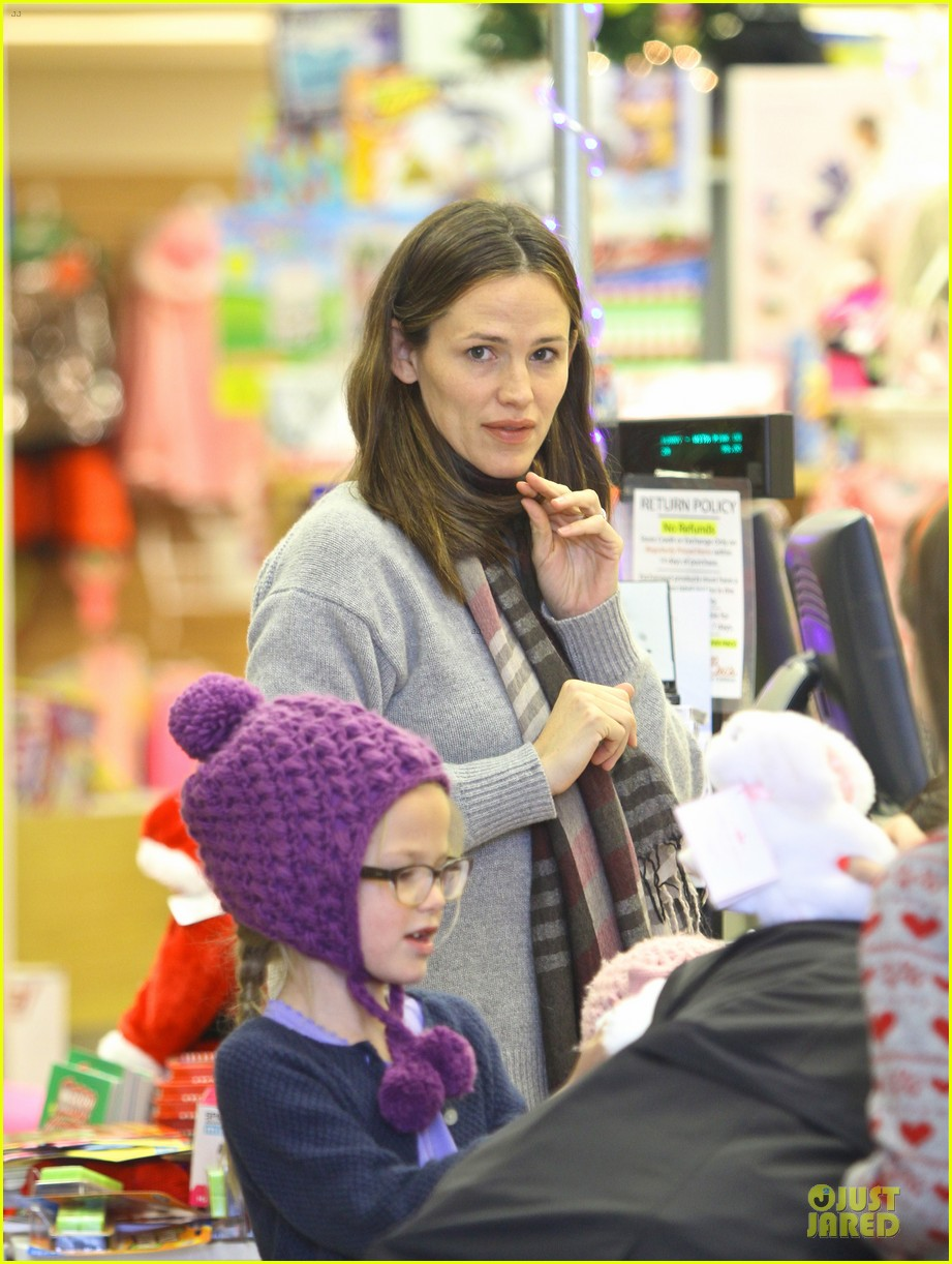 jennifer garner & ben affleck holiday shopping with the girls 02