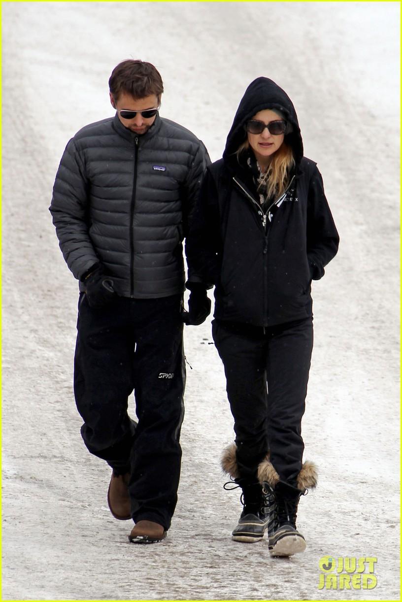 kate hudson matt bellamy snowy aspen stroll 012781175