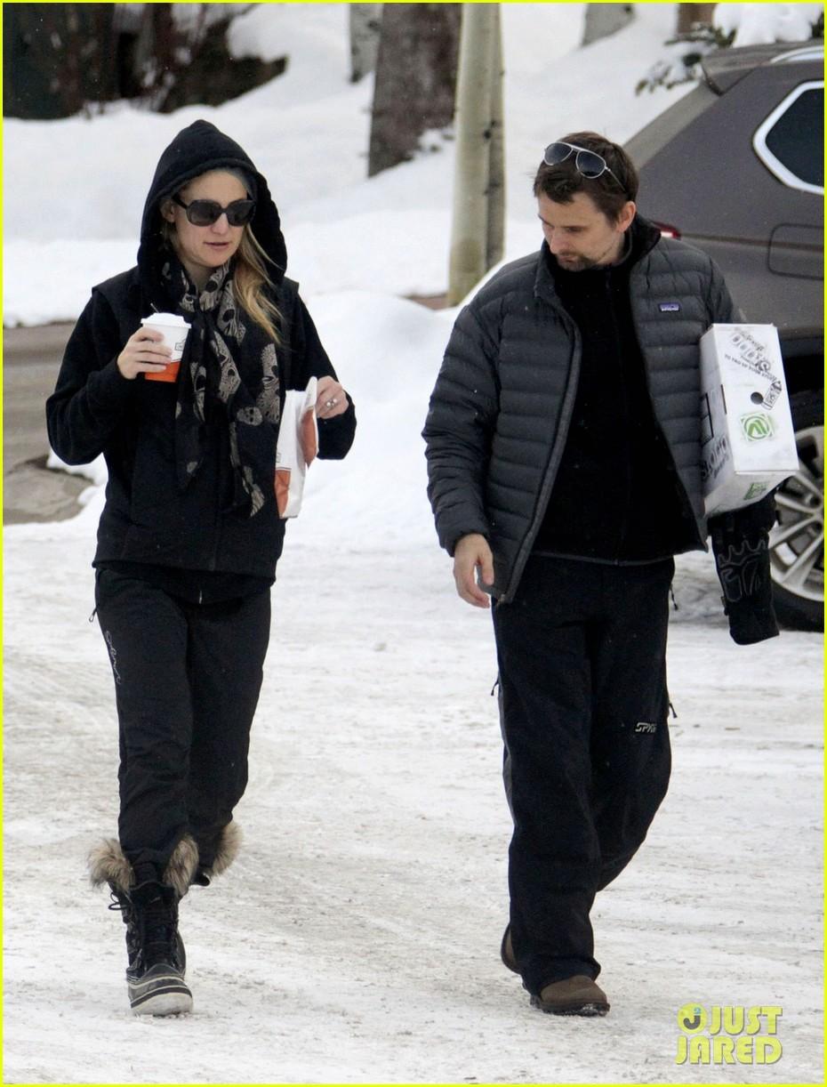 kate hudson matt bellamy snowy aspen stroll 03