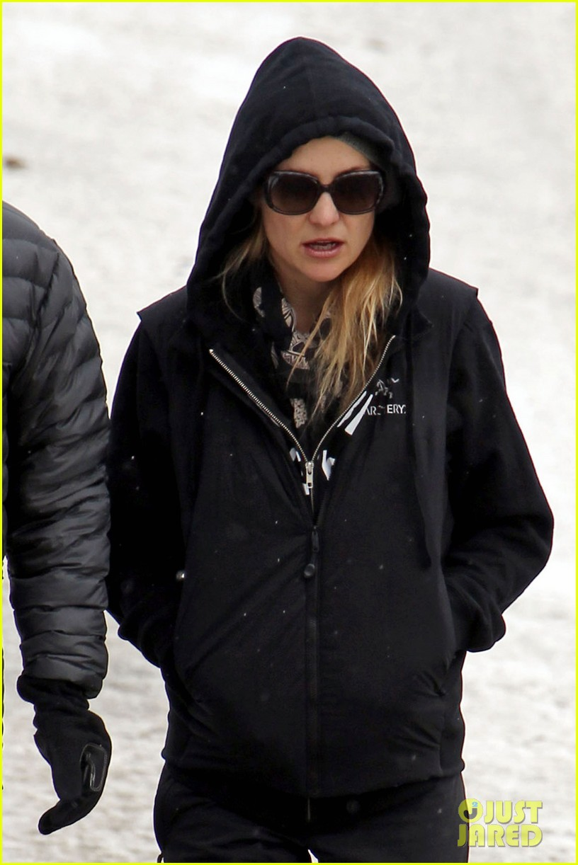 kate hudson matt bellamy snowy aspen stroll 07