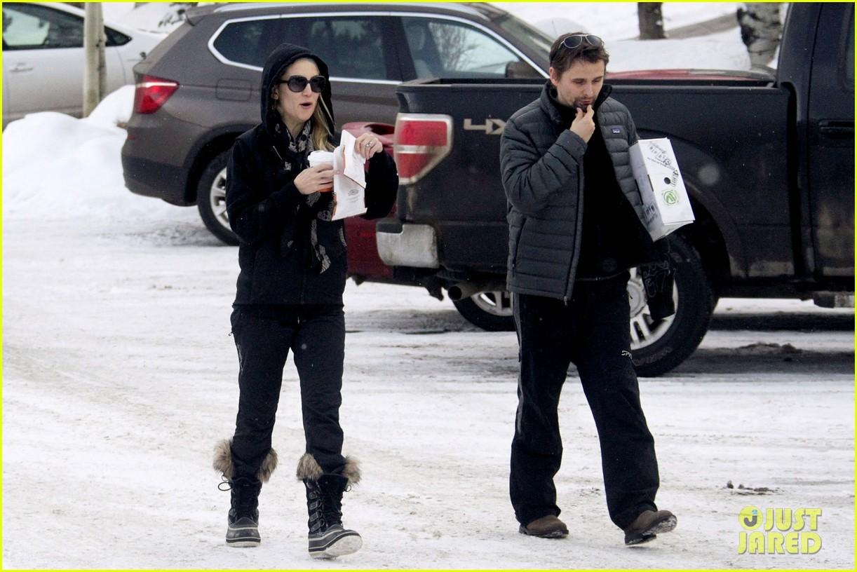 kate hudson matt bellamy snowy aspen stroll 10