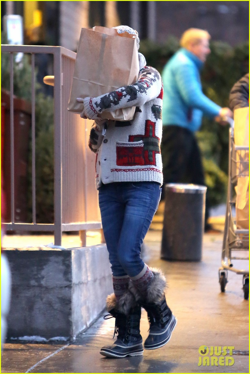 kate hudson matt bellamy snowy aspen stroll 152781189