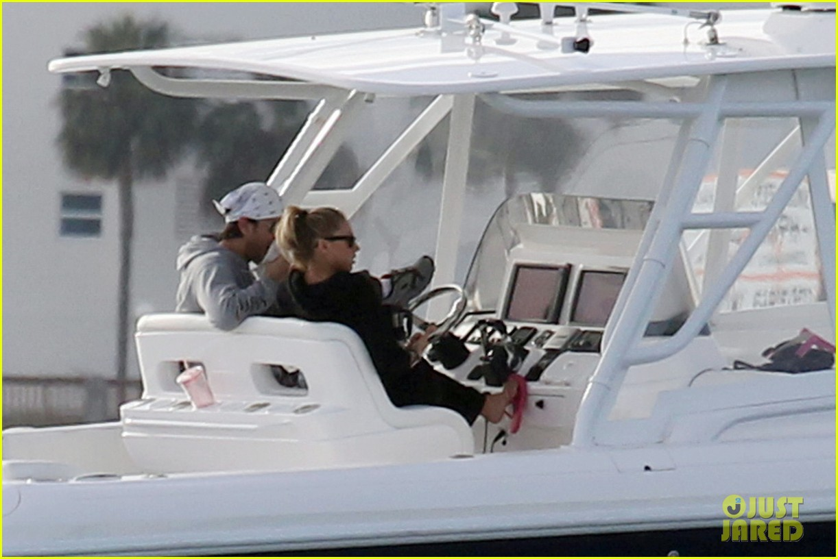 enrique iglesias anna kournikova christmas eve boat ride 05