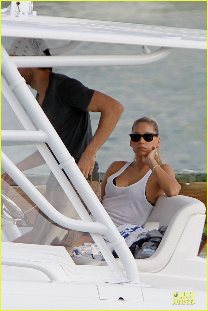 enrique iglesias miami boating couple 04