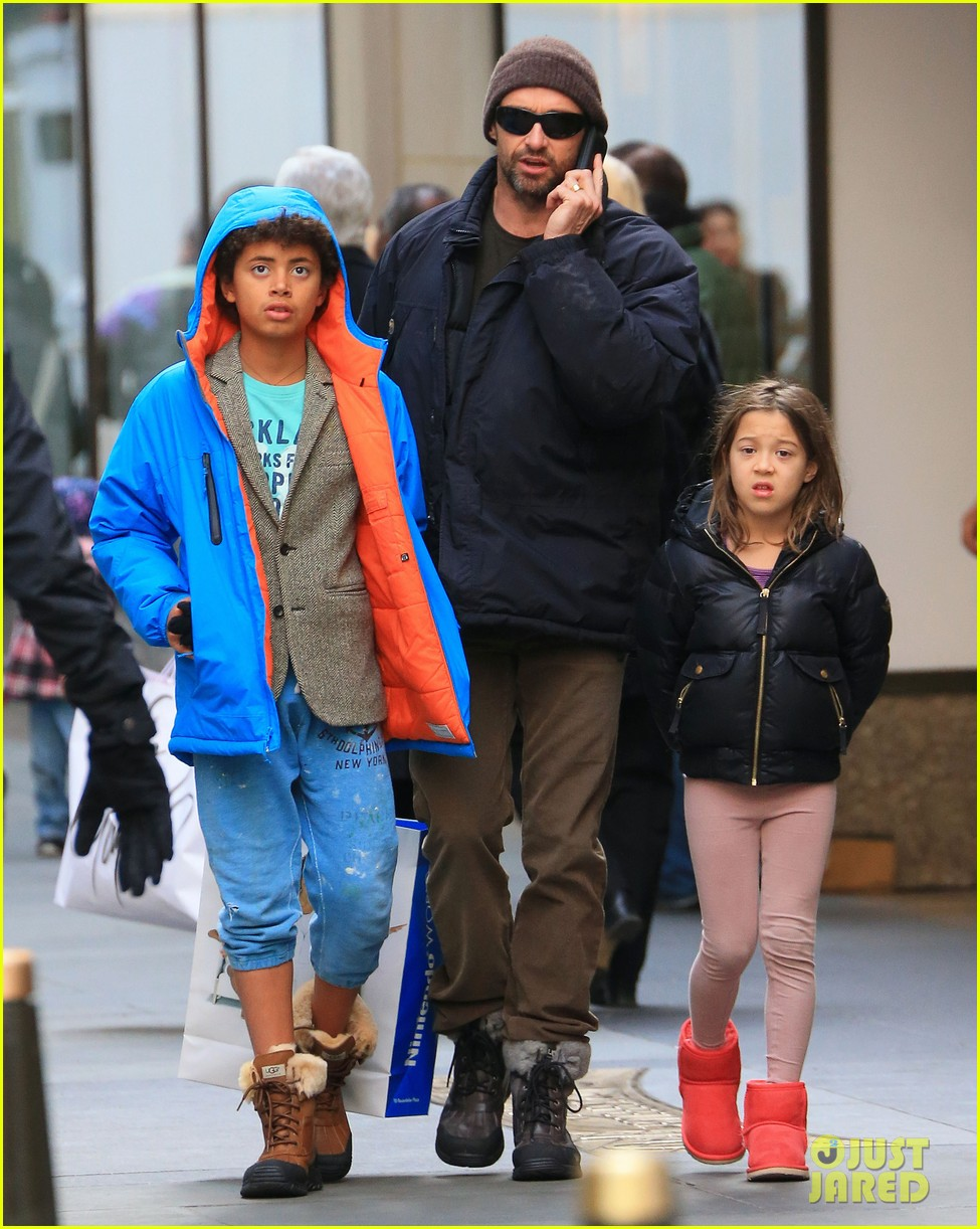 hugh jackman christmas eve shopping with oscar ava 05
