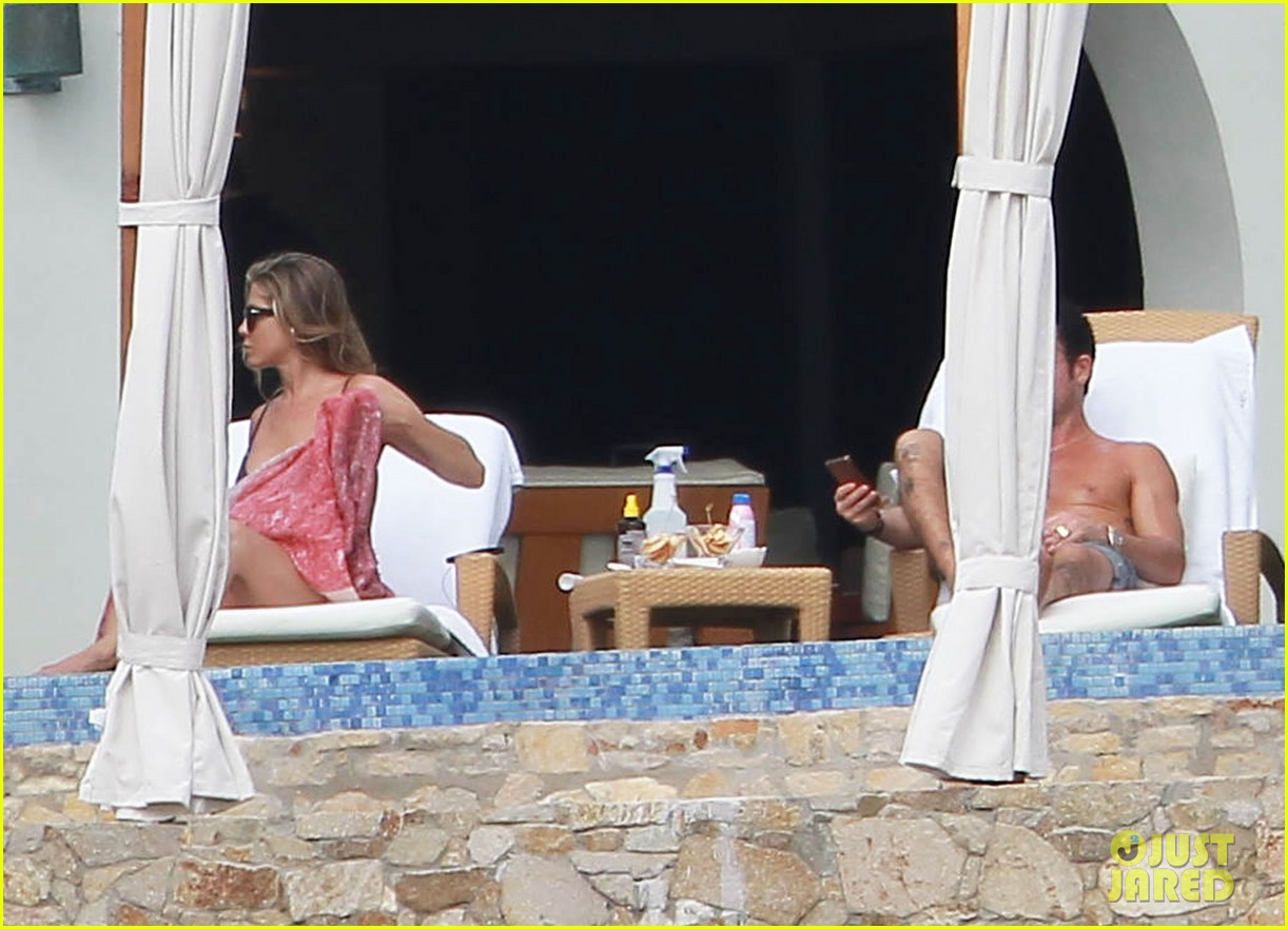 jennifer aniston bikini tanning with justin theroux 142781428
