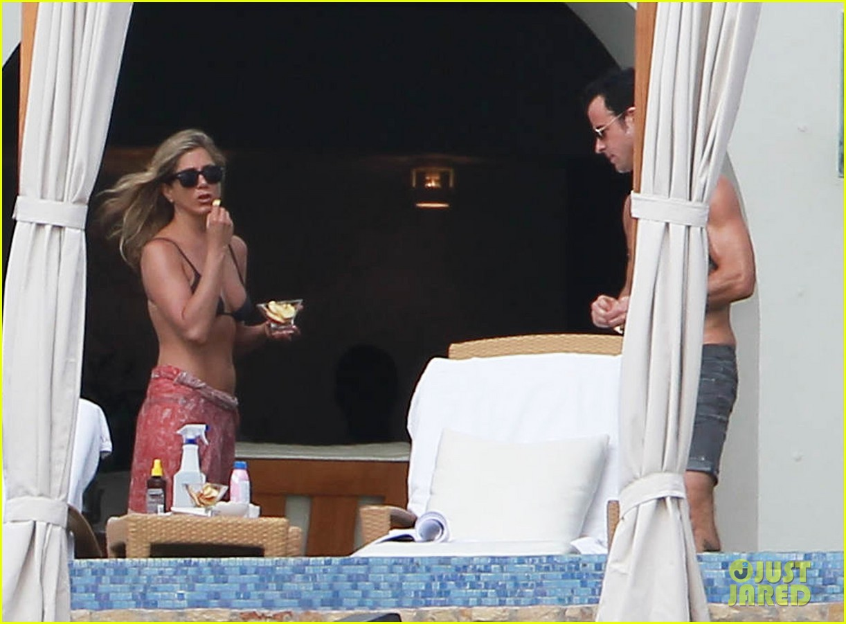 jennifer aniston bikini tanning with justin theroux 172781431