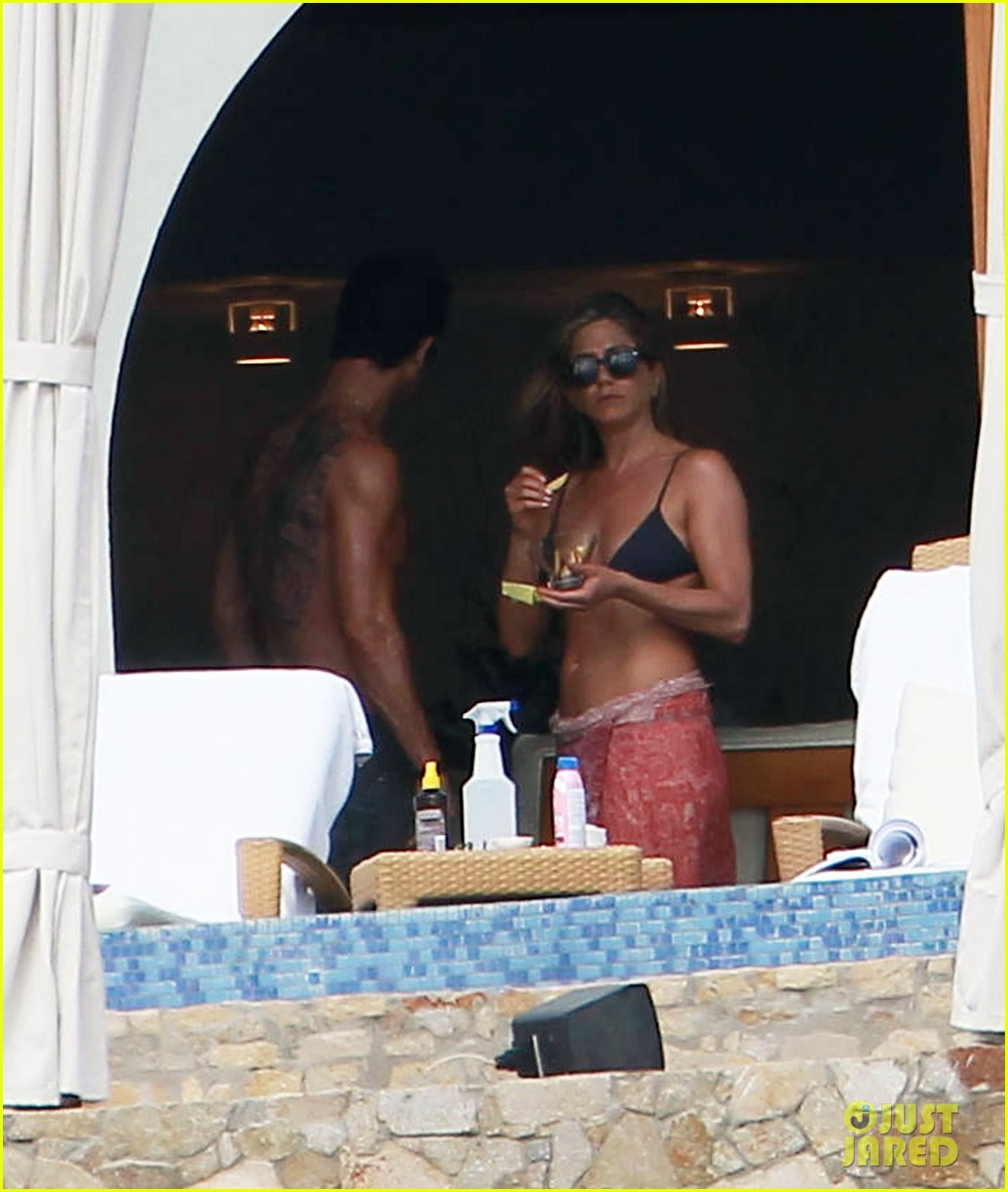 jennifer aniston bikini tanning with justin theroux 21