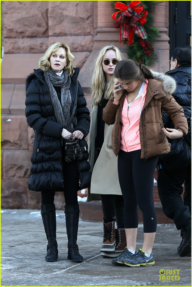 dakota johnson & melanie griffith aspen vacation with stella 03
