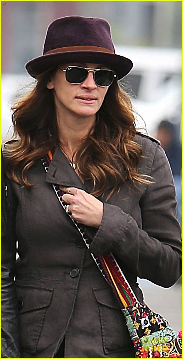 julia roberts paranormal housewives executive producer 062766928