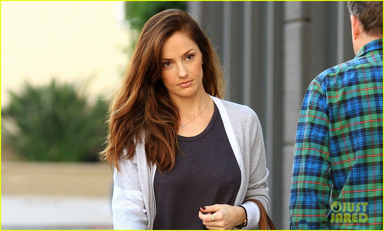 minka kelly birthday cake pick up 03