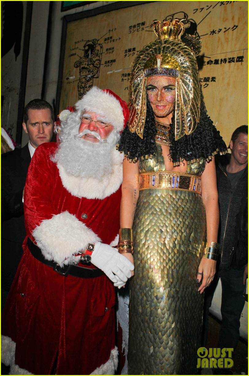 heidi klum cleopatra at holiday costume party 25