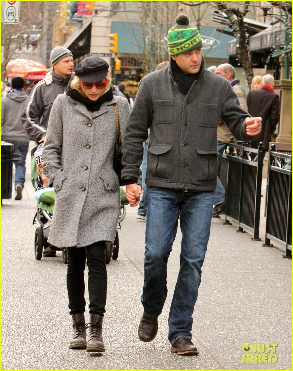 diane kruger joshua jackson holiday shopping kisses 012772181