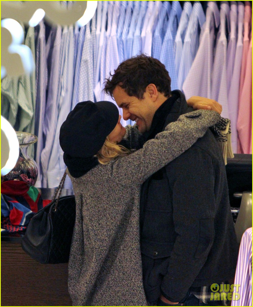 diane kruger joshua jackson holiday shopping kisses 04