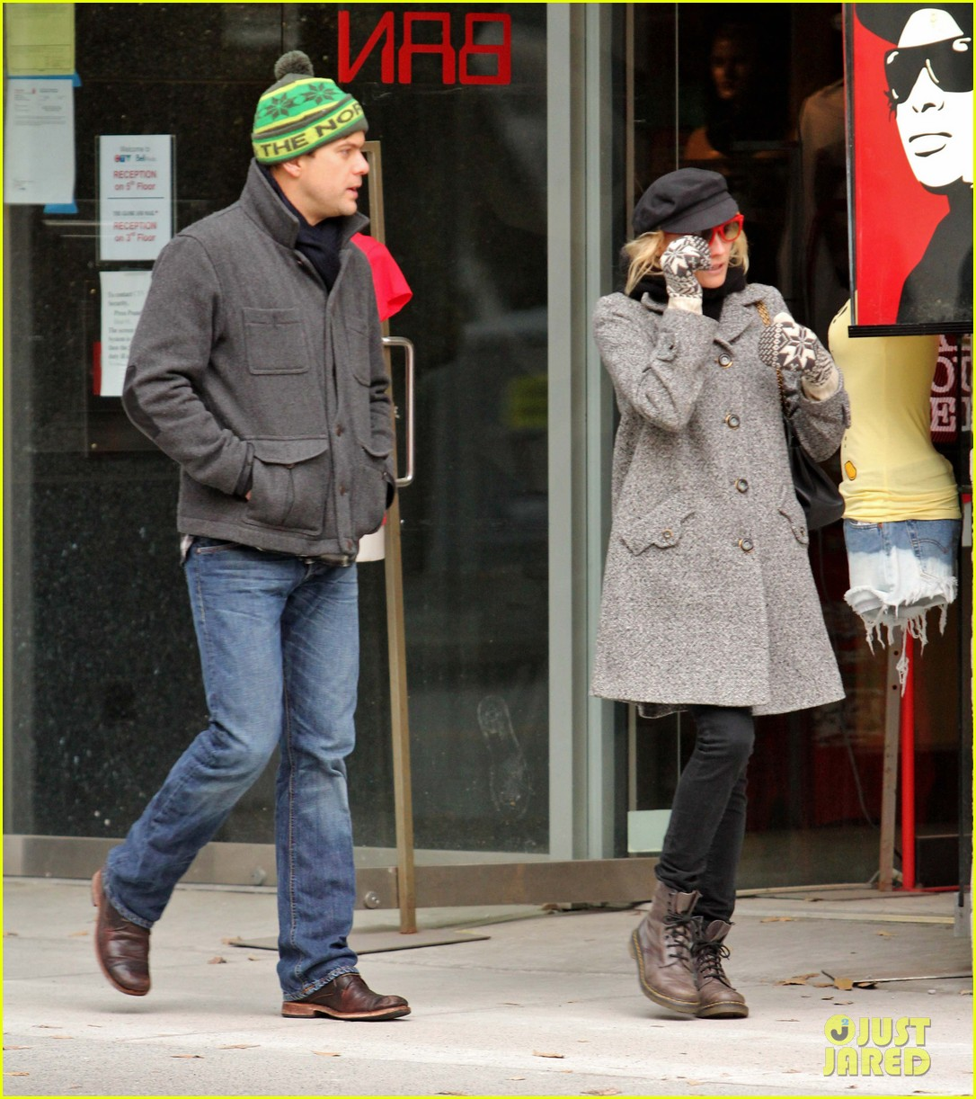 diane kruger joshua jackson holiday shopping kisses 05