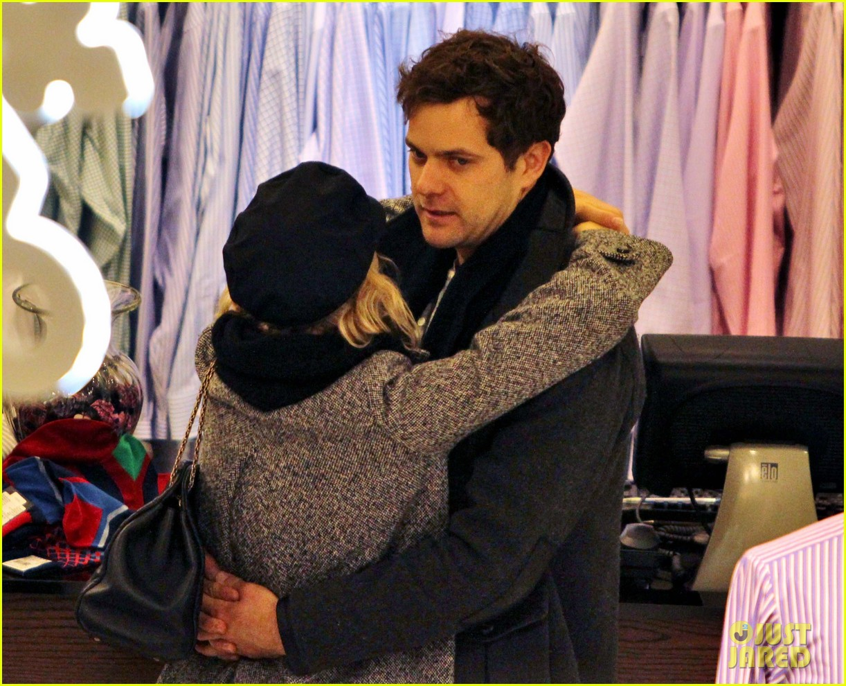 diane kruger joshua jackson holiday shopping kisses 062772186