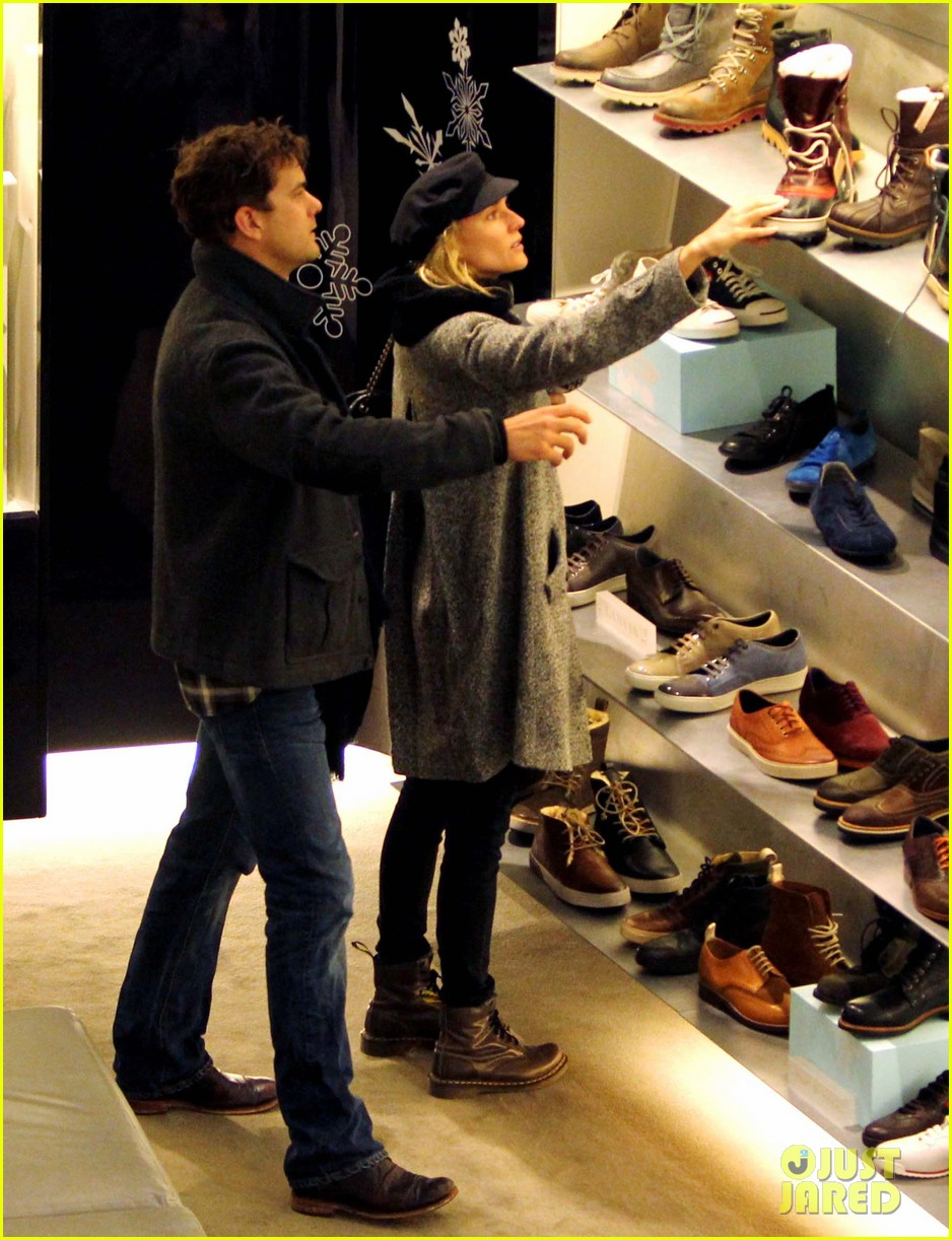 diane kruger joshua jackson holiday shopping kisses 19