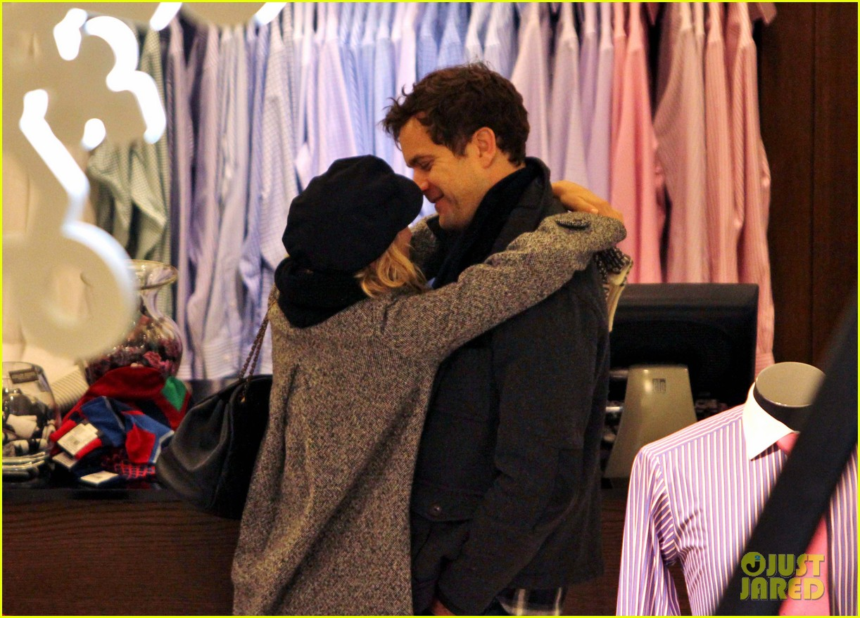 diane kruger joshua jackson holiday shopping kisses 25