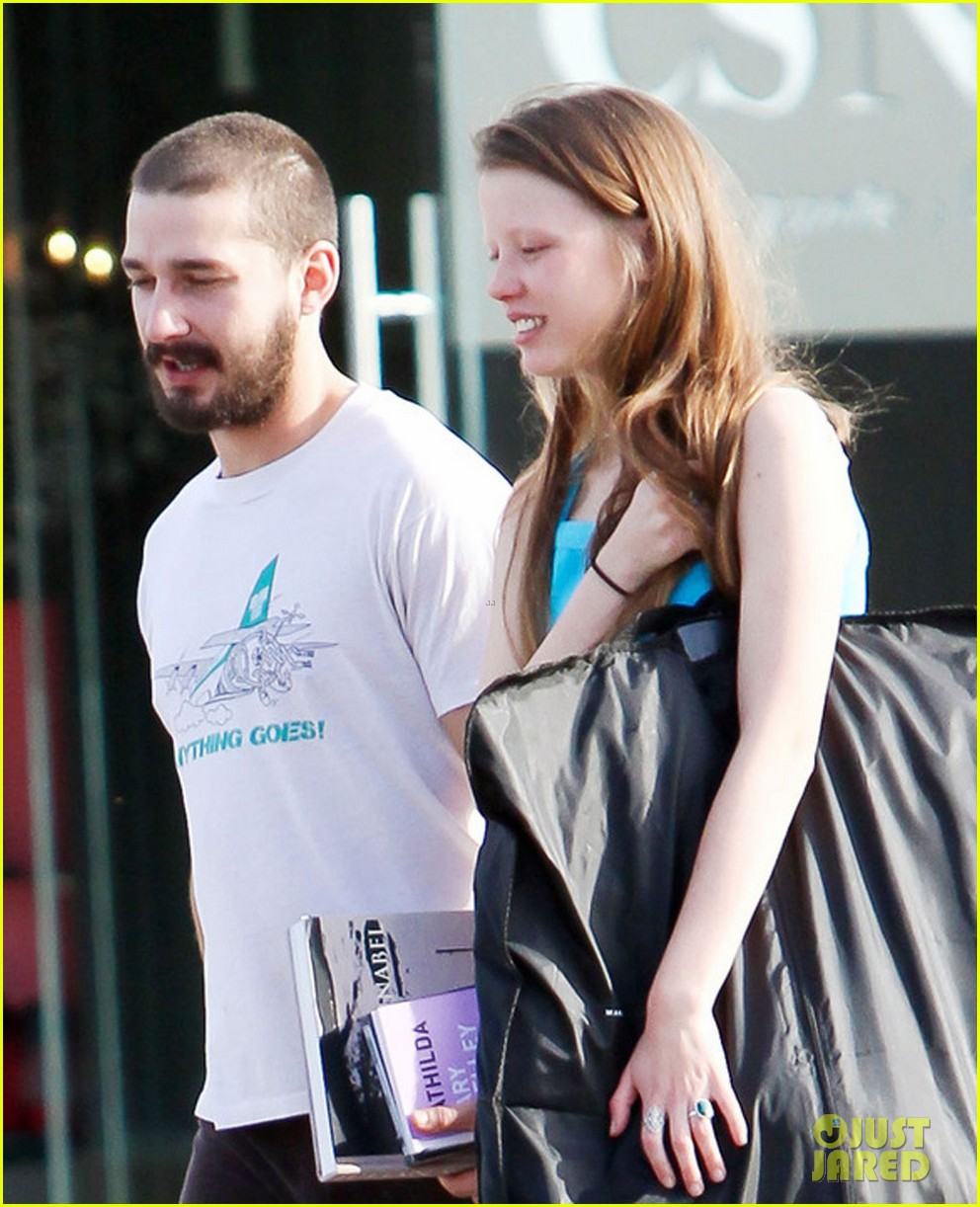 shia labeouf takes mia goth shopping 06