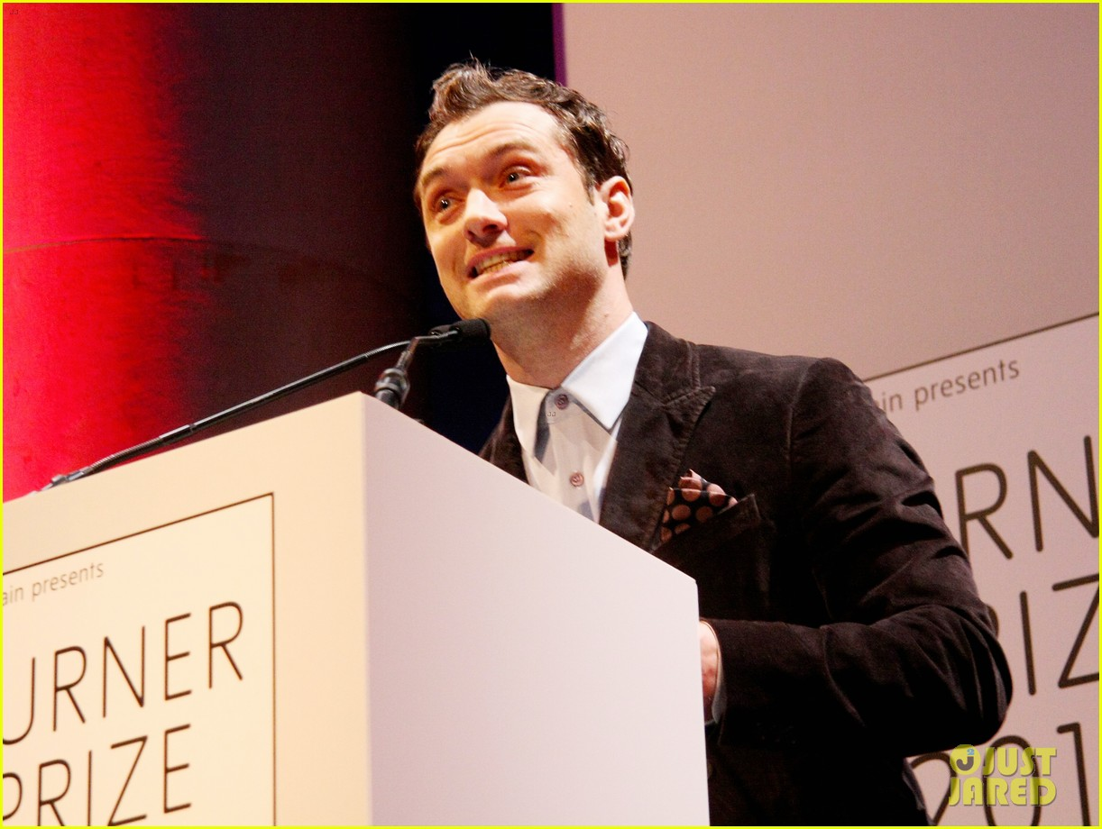 jude law 2012 turner prize presenter 04