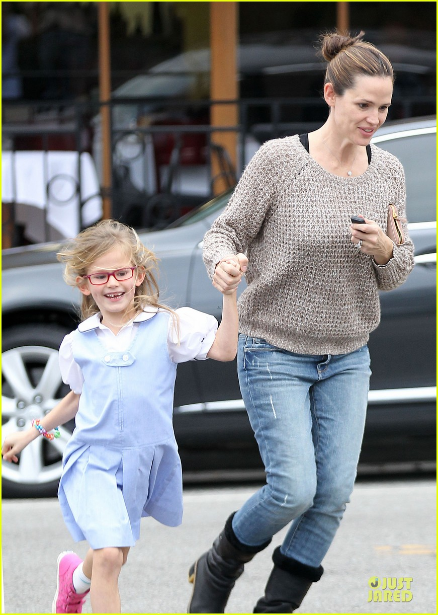 jennifer garner louises dinner with violet 02