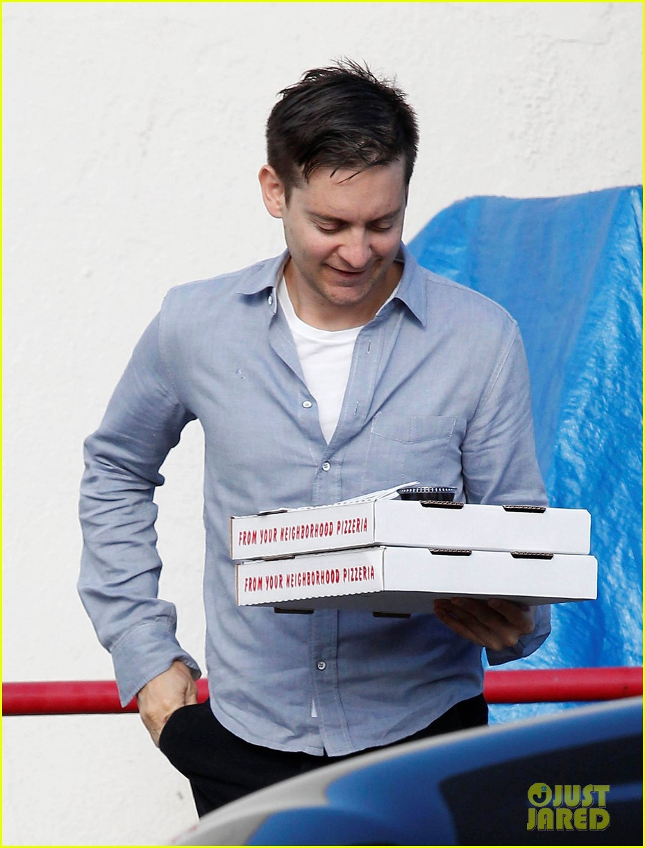 tobey maguire pizza pickup on christmas eve 022780862