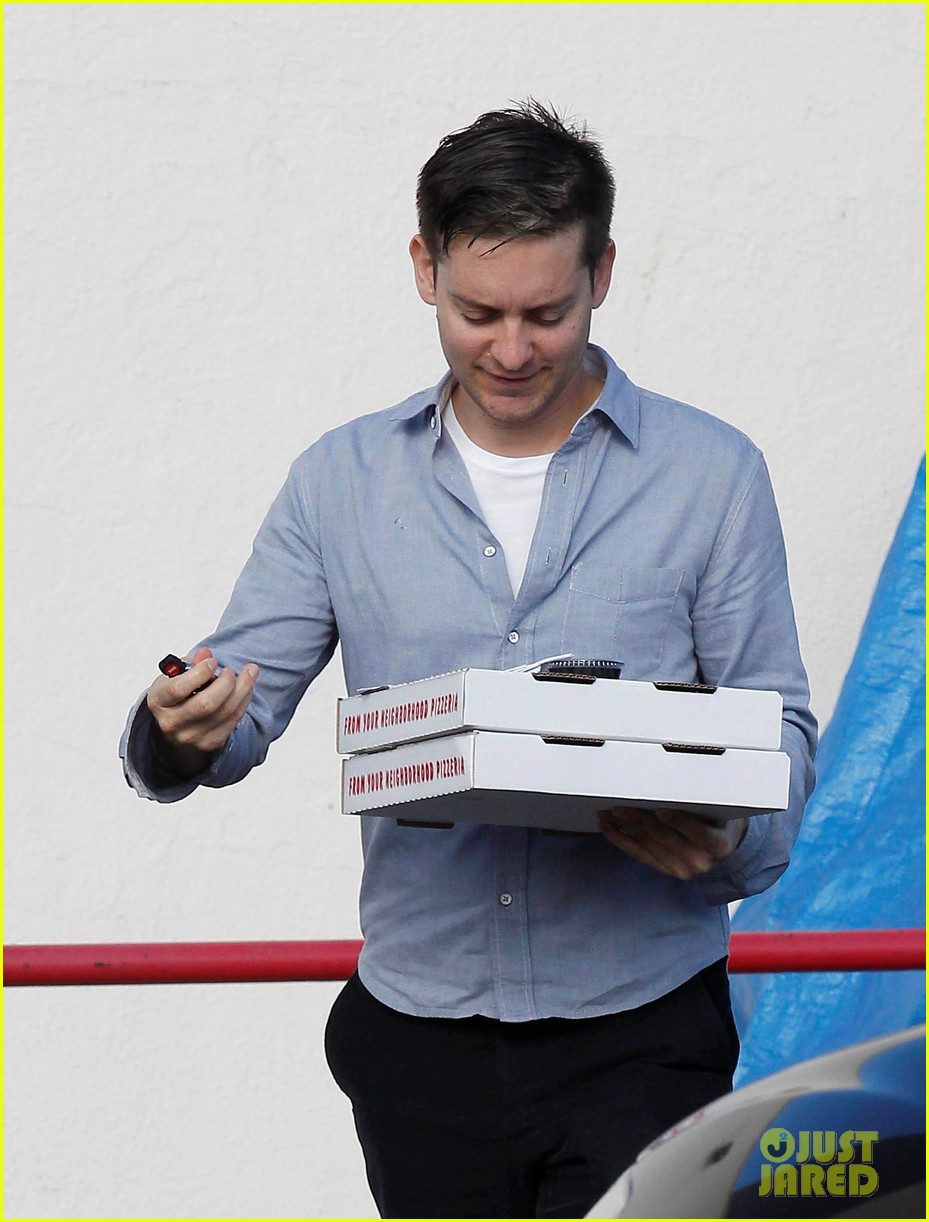tobey maguire pizza pickup on christmas eve 062780866