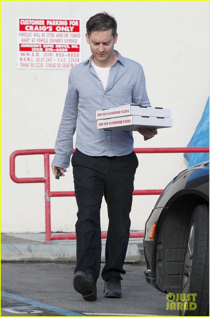 tobey maguire pizza pickup on christmas eve 072780867