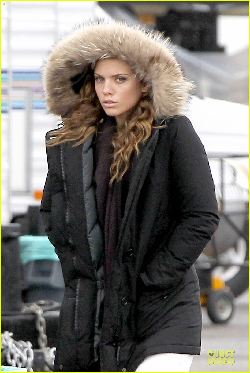 annalynne mccord robbie jones joins 90210 as love interest 04