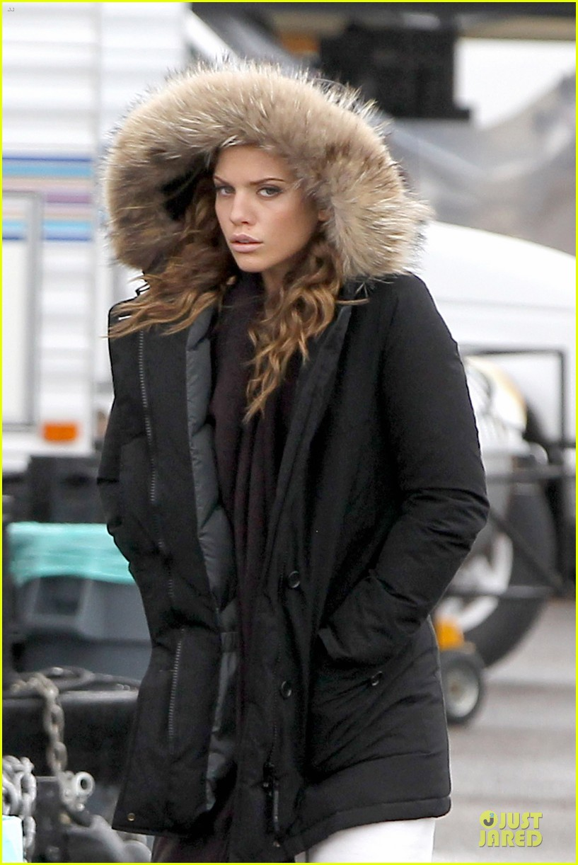 annalynne mccord robbie jones joins 90210 as love interest 082778248