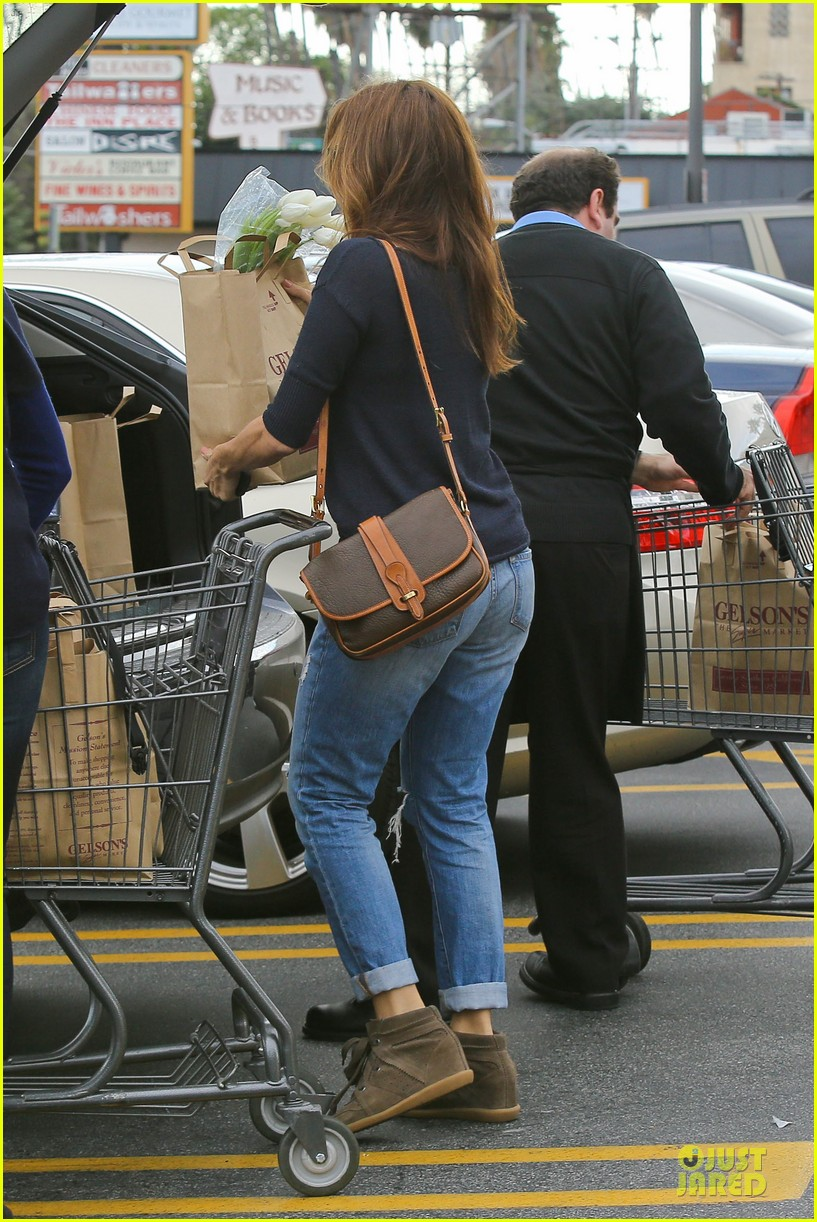 eva mendes grocery shopping with a gal pal 052782697