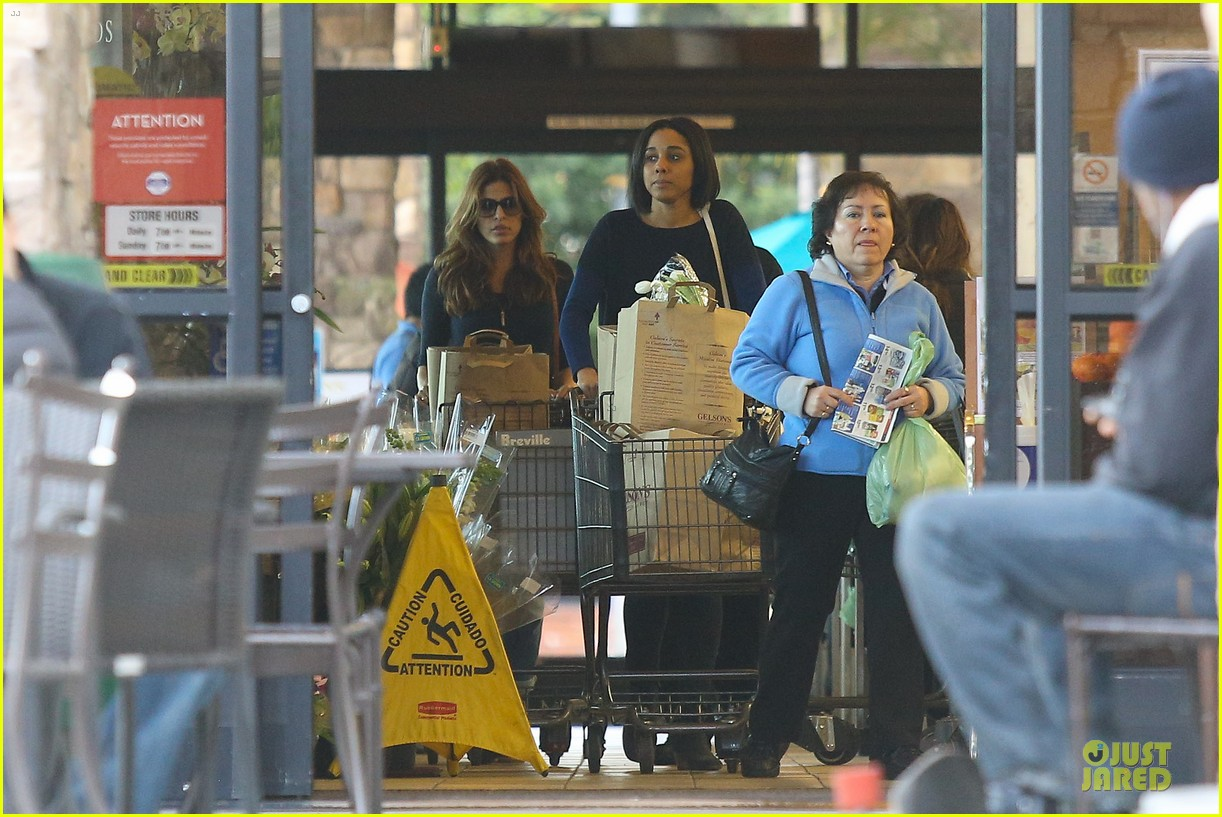 eva mendes grocery shopping with a gal pal 092782701