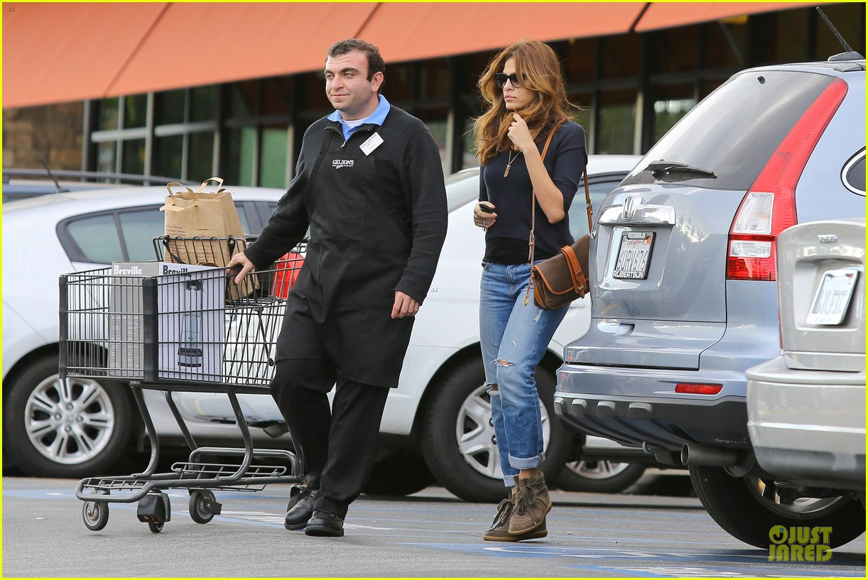 eva mendes grocery shopping with a gal pal 102782702