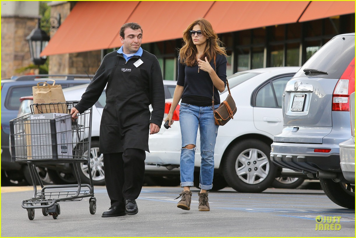 eva mendes grocery shopping with a gal pal 122782704