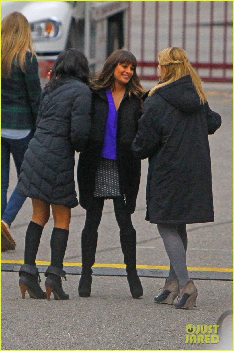 lea michele dianna agron glee set hugs 03