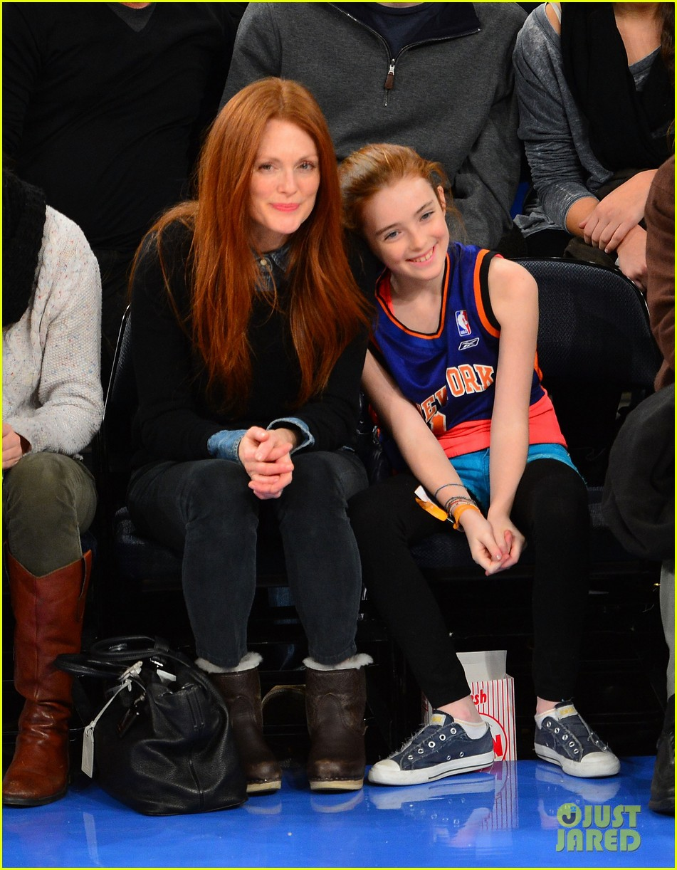 julianne moore daughter liv knicks game gals 01